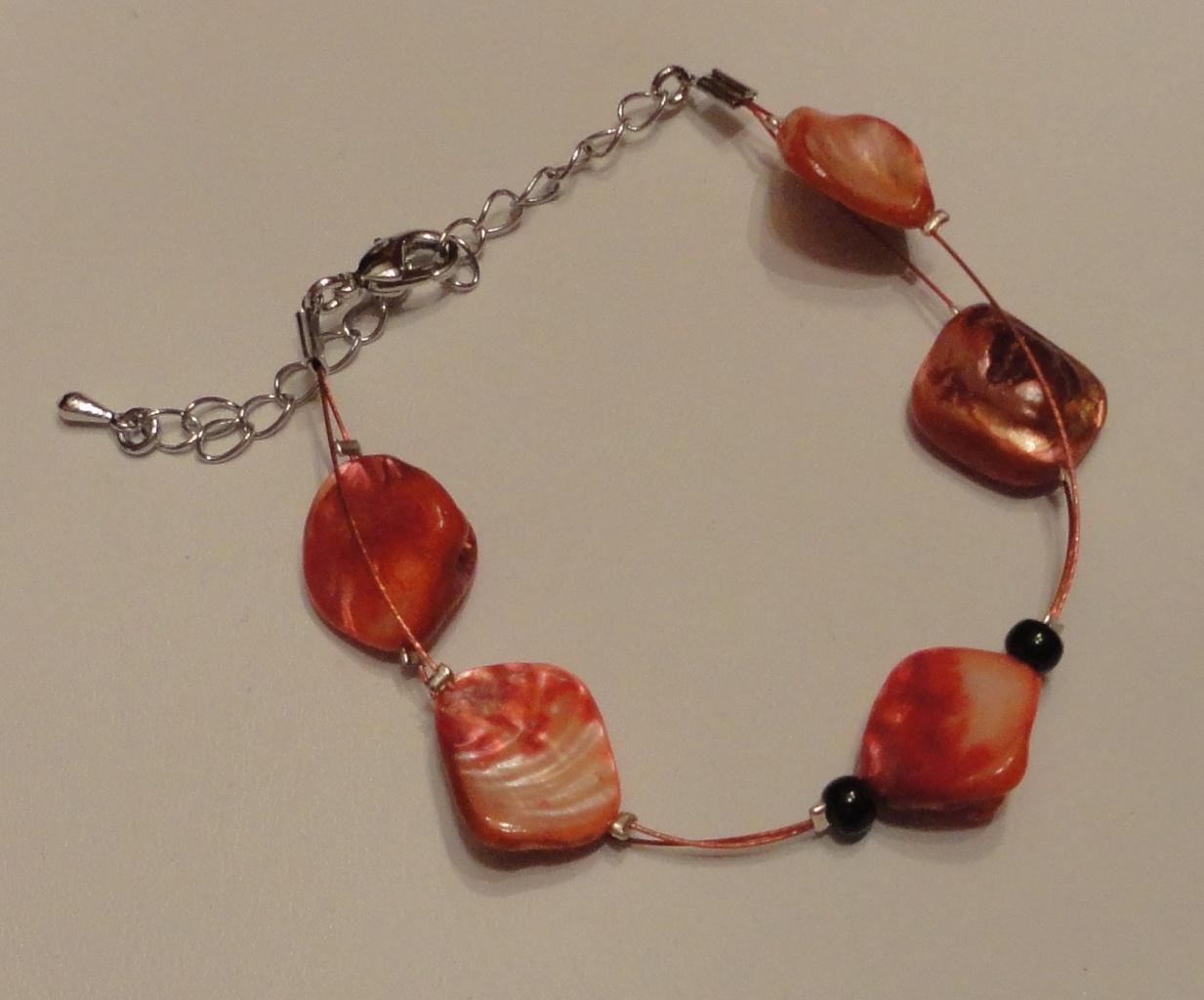 Bracelet sur fil câblé, perles nacrées rouges