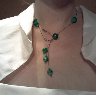 Collier mariage moderne perles vertes sur fil câblé