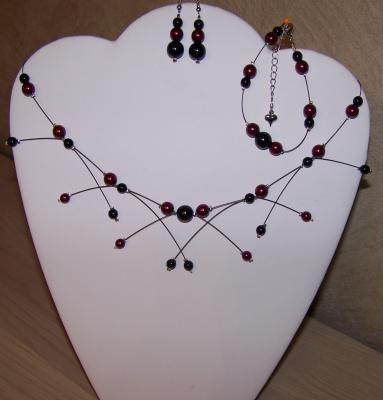Collier fil câblé perles nacrées bordeaux et noires