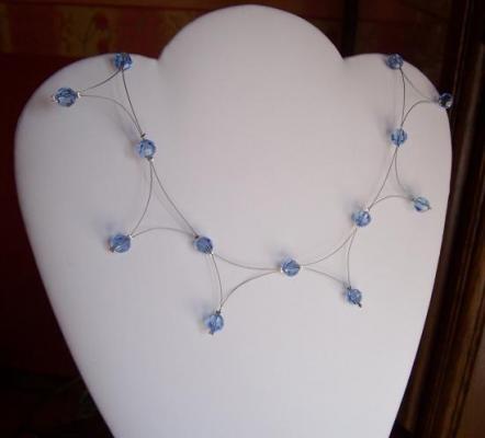 Collier sur fil câblé, collier fantaisie, perles bleues