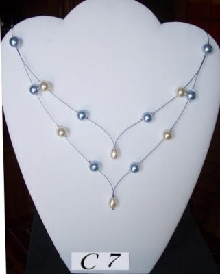 Collier mariage fil câblé en V, perles nacrées tons bleu et ivoire