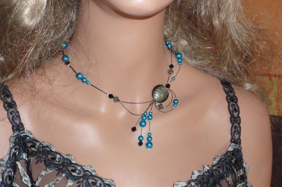 Collier fil câblé perles nacrées bleues