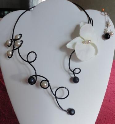 Collier mariage sur fil alu, noir et orchidée