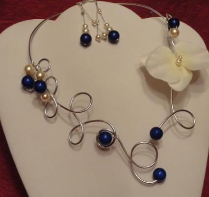 Collier mariage fil alu, orchidée, perles bleu nuit