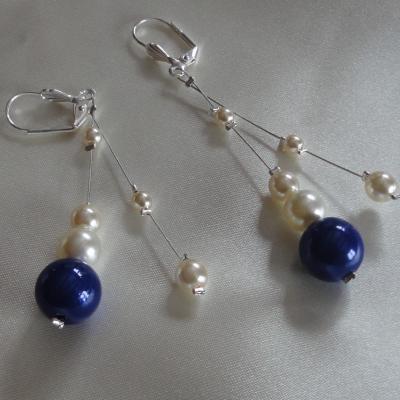 Boucles d'oreilles perles ivoire et perles magiques bleu nuit