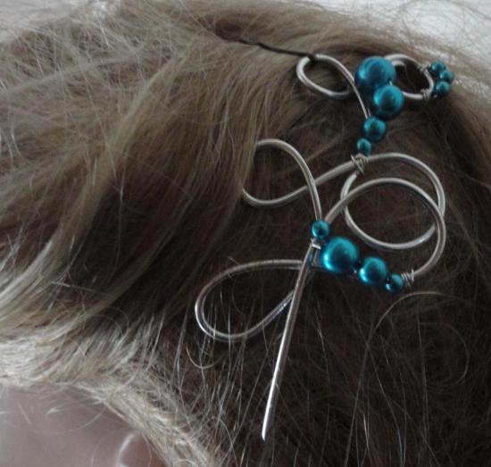 Bijou cheveux sur fil alu et perles nacrées