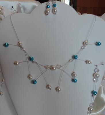 Collier mariage fil câblé, perles ivoire et bleues