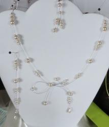 Collier fil câblé perles nacrées blanches