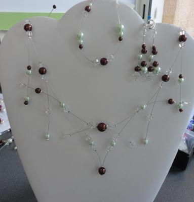 Collier mariage moderne perles nacrées couleur verte et chocolat