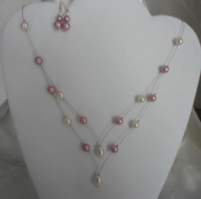 Collier mariage fil câblé en V, perles nacrées roses et ivoire