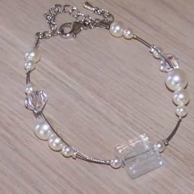 Bracelet mariage, fil câblé , perles nacrées blanches
