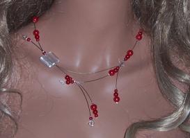 Collier moderne fil câblé perles rouges nacrées