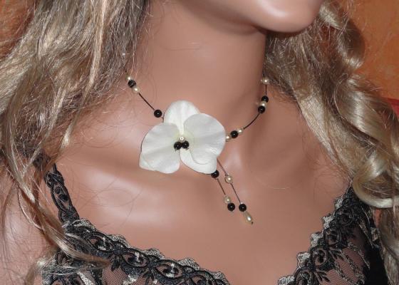 Collier fil câblé orchidée perles noires